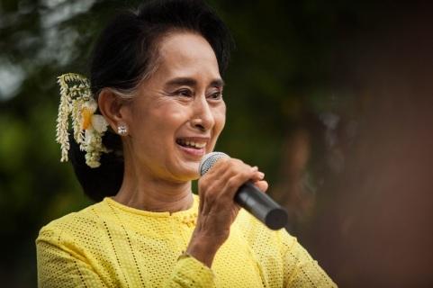 Aung San Suu-Kyi Visits Kawhmu During Campaign Trail